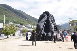 観光客の残した3トンのペットボトルで出来ている「ゴミを貸してください」
